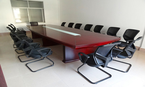 实木亚博体育官网下载苹果桌椅时尚大方,带着浓浓传统味道,方正庄重而不失现代感